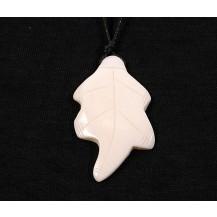 Medalion - frunza alba cu snur siliconat inclus..OFERTA !!